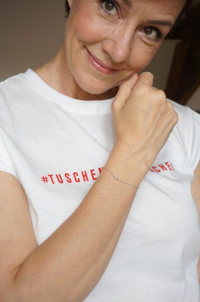 Das erste Statement-Shirt einer limitierten Kollektion der Schminktante. Als Goodie wird mit jeder bestellung ein Wunscharmband des Labels Lilienglück geliefert.